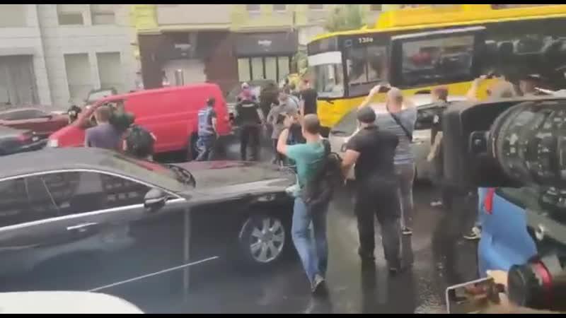 Під ДБР сталася бійка коли Порошенко залишав будівлю