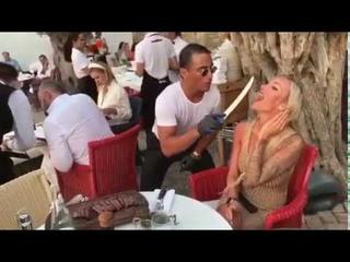 Salt bae is feeding Blonde girl 👱♀️ Nusret ,Nusr et #saltbae