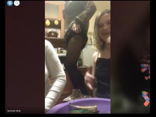 Три сексуальные девушки развлекаются на кухне. Periscope. Перископ