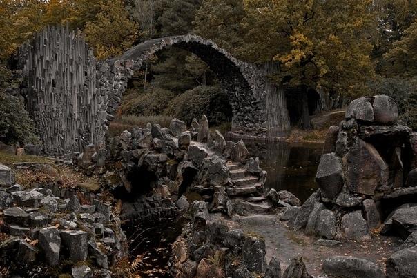 Чертов мост. Считается, что арка моста служит порталом в потусторонний мир. В 1983-м году в парке действительно таинственным образом пропали двое шведских туристов: в последний раз их видели