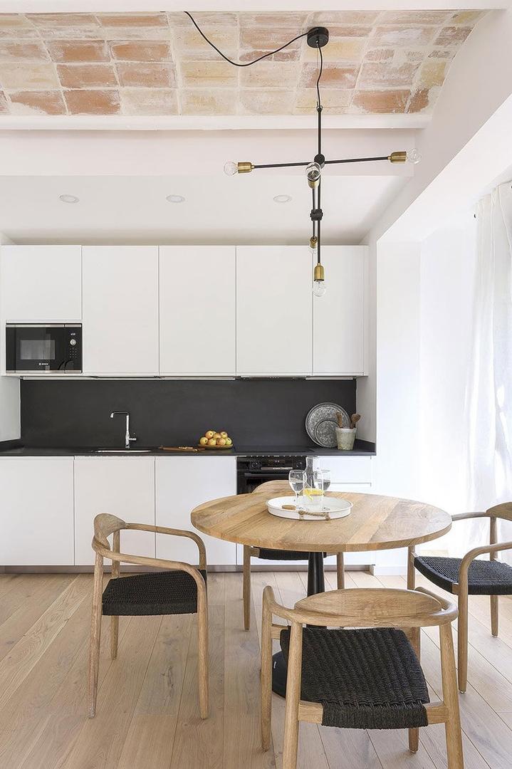 Сводчатые потолки и сложная планировка: небольшая квартира в Барселоне
