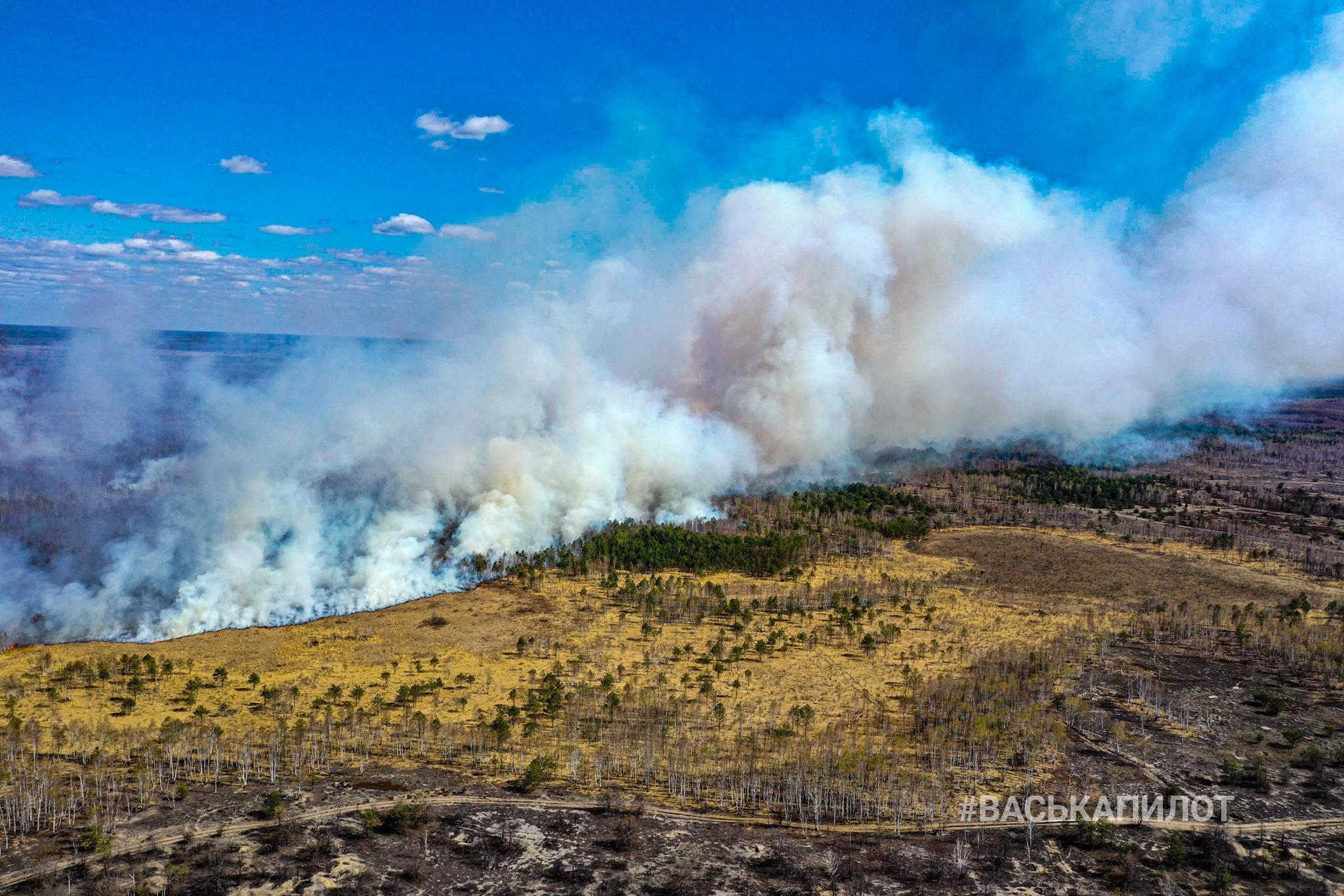 Похоже, горит растительность на полигоне. ВаськаПилот пробивается сквозь дым и пламя