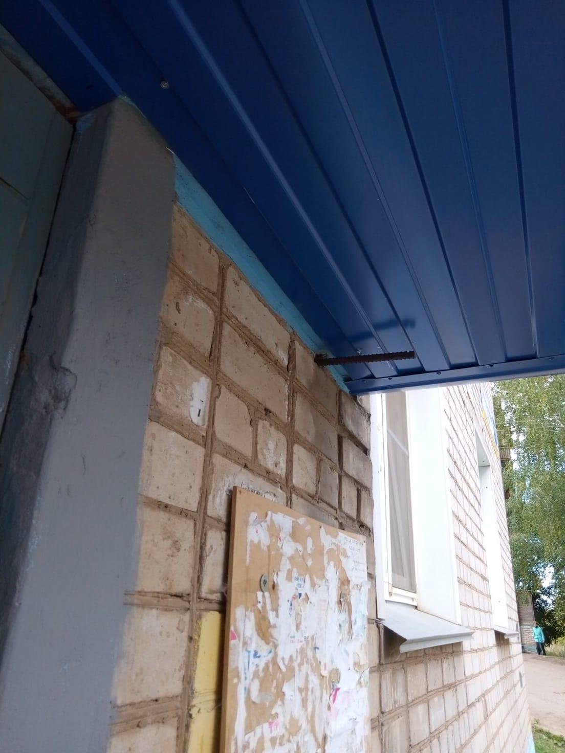 Улица Менделеева дом 7 ремонт козырька закончили.