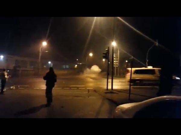 Kugelbombe explodiert neben 2 polizei wagen an Silvester Extrem krank