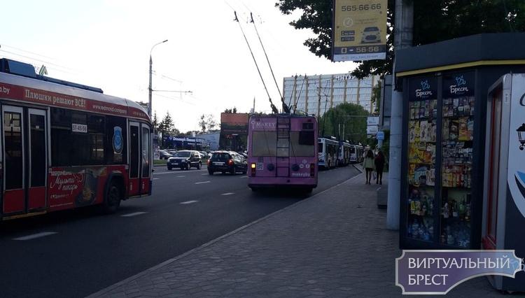 """В Бресте на Машерова """"встали"""" троллейбусы. Один вообще неудачно"""