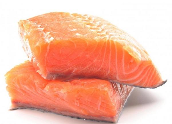Лосось можно включать в салат из морепродуктов.