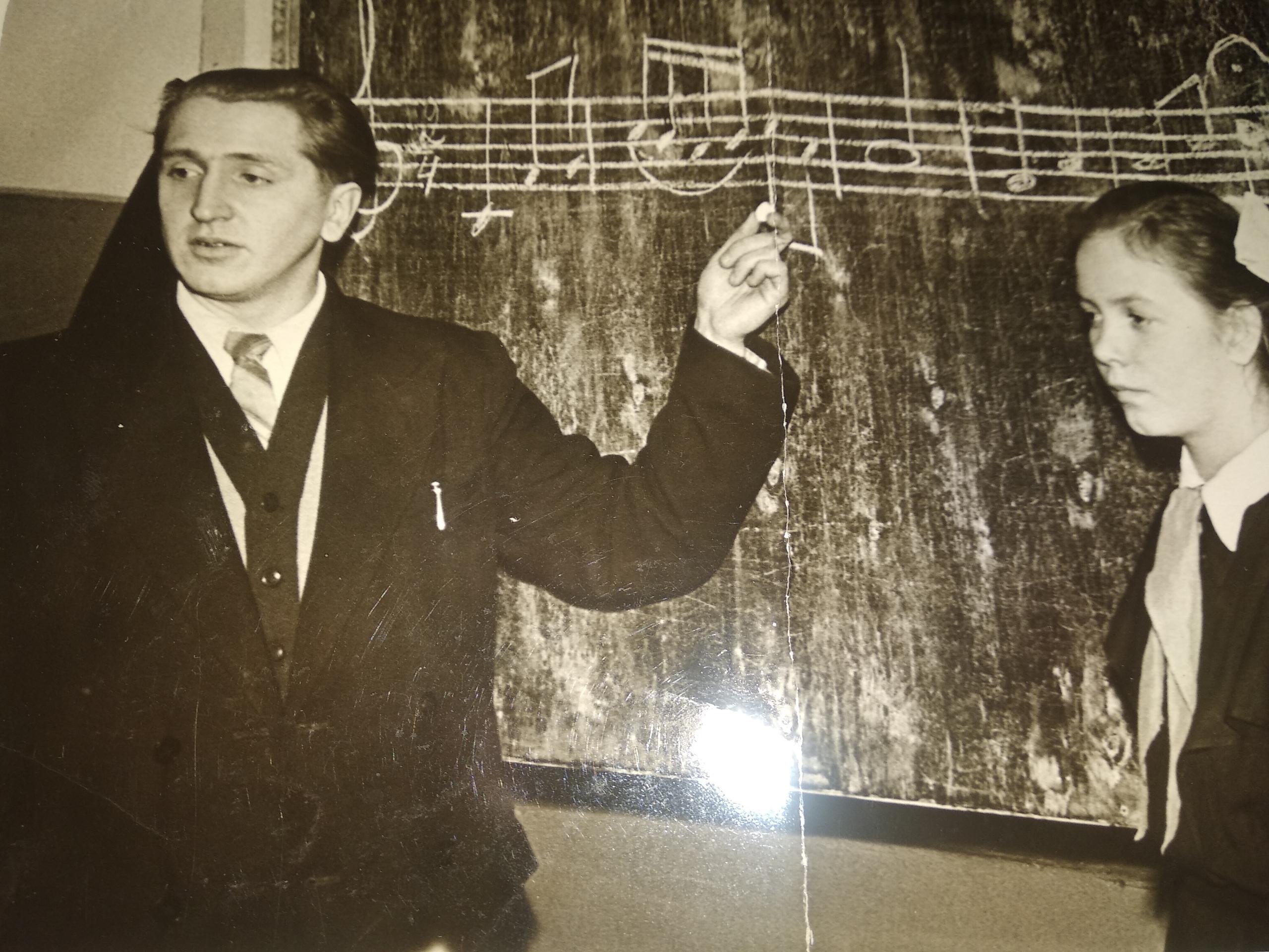 Фото 1960-ых годов, Коношская музыкальная школа, идёт