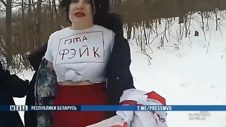 Под Минском ОМОН задержал людей, которые хотели сфотографироваться с флагами. Итог: «сутки» и штраф