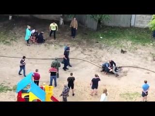 В Ярославле местные жители устроили драку с пожарными тушившими здание полиции