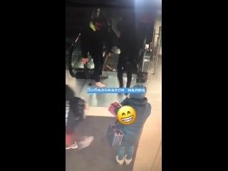 Обувь парня затянуло в эскалатор