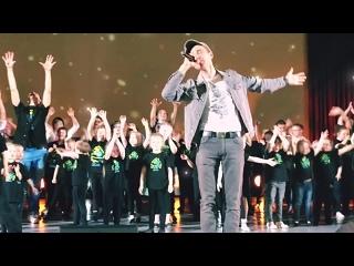 """Антон Азаров и дети инклюзивной творческой школы """"Танцующий дом"""" / Нас миллионы"""