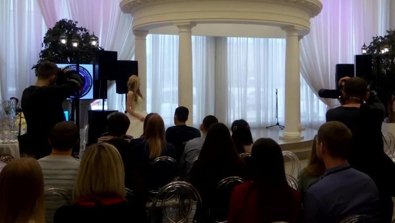 На свадебной выставке в банкетном зале