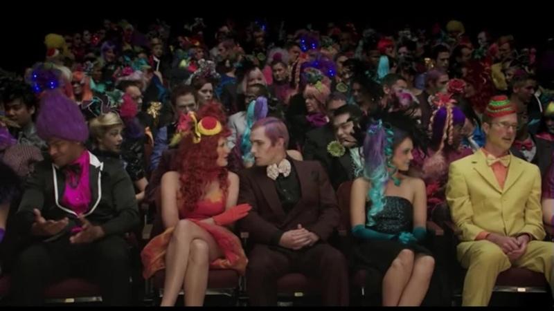 Зрители в зале удивлены Переговариваются друг с другом Что происходит Очень голодные игры