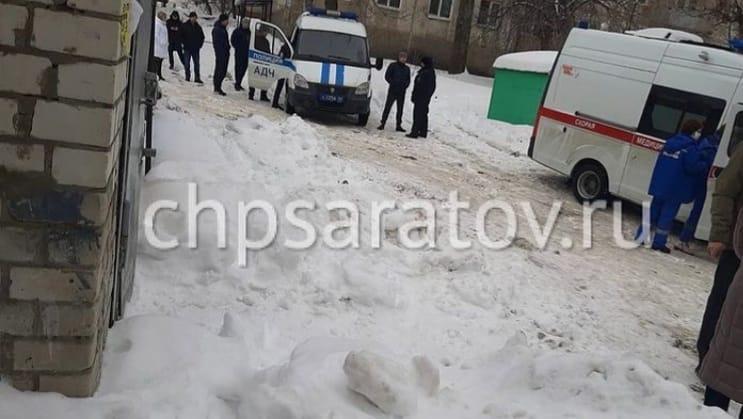 В Саратове ледяная глыба упала на ребёнка, гулявшего около пятиэтажки: мальчик погиб