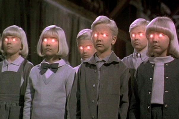 ретроТека хороший ужастик на ноч. Деревня проклятыхVillage of the Damned1995, ужасы, фантастика, триллерСША, 1 ч. 38 мин.16,Американскую деревушку Мидвич посещают инопланетяне. Под их