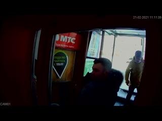 В Кирове мужчина пнул в спину инвалида