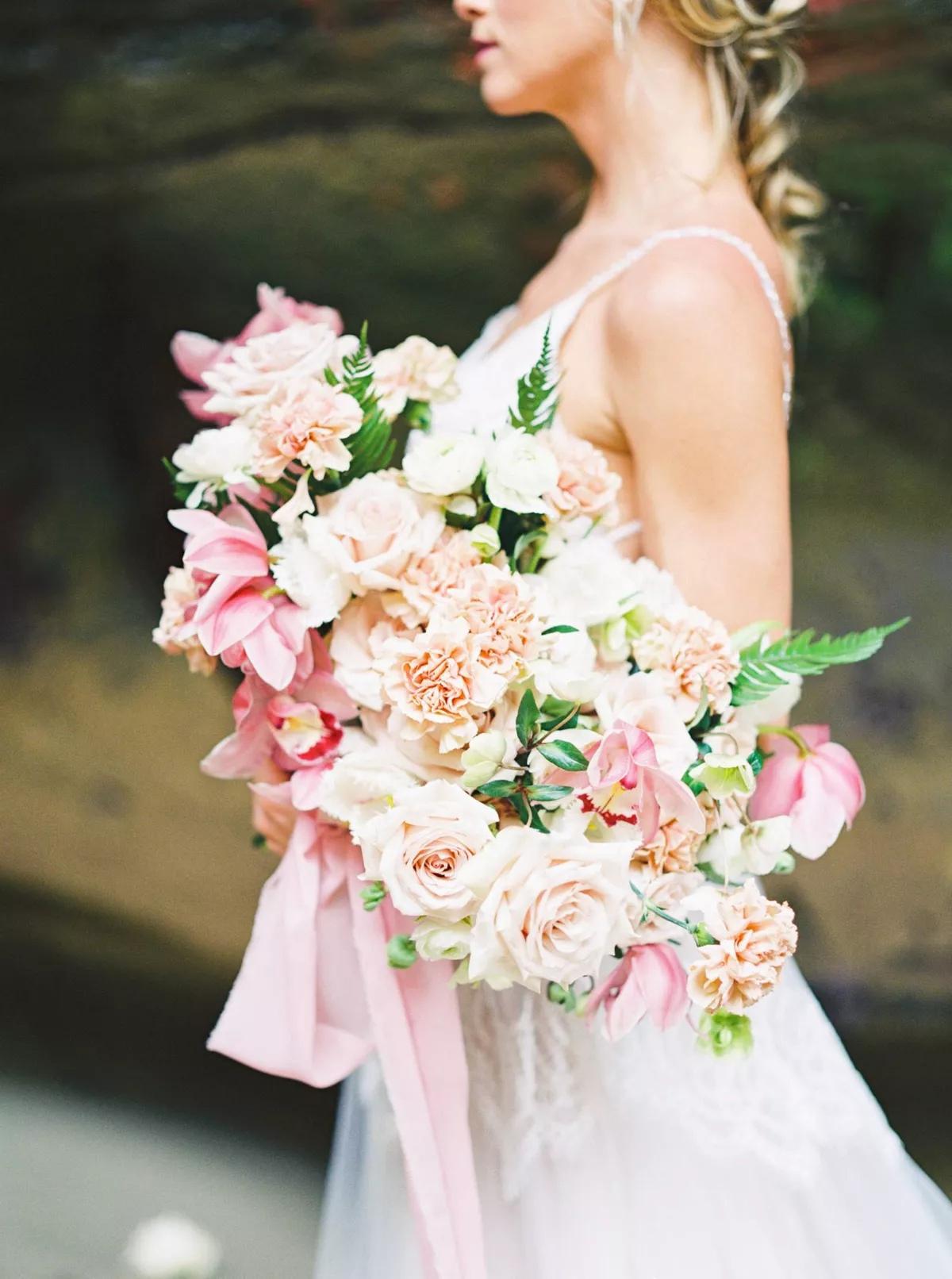 00QSuJQ60is - Свадебные букеты с гвоздиками - фото