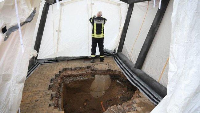 В Германии при ремонте плитки на парковке нашли восьмиметровый туннель, ведущий к банку