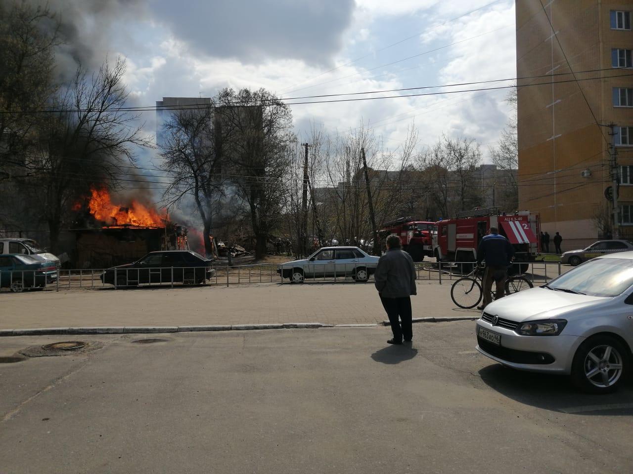 Курские огнеборцы полчаса тушили пожар на улице Парижской Коммуны