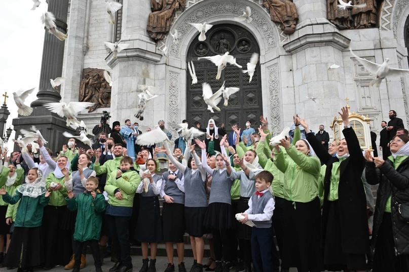 Добровольцы кинокомпании «Союз Маринс Групп» потрудились на Божественной литургии в Храме Христа Спасителя, изображение №4