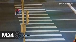 Парень на четвереньках пересек зебру в центре Москвы - Москва 24