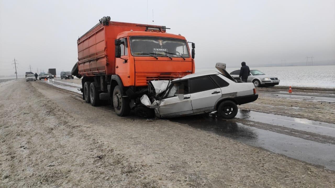 В столкновении ВАЗа с КАМАЗом под Курском погибли люди