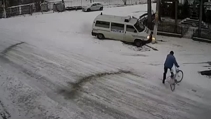 Перекресток смерти Возможно пешеход бы выжил после наезда полицейского микроавтобуса но такси поставило точку 😓 Подписывайте