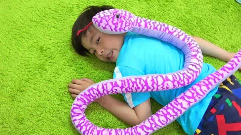 Snake creeping up pretend play ねみちゃんがヘビに!? お医者さんごっこ おゆうぎ こうくんね12415