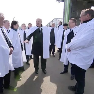 Лукашенко объявил о победе над коронавирусом Президент Белоруссии Александр Лукашенко во время вручения государственных наград особо отметил работу медиков, находящихся на передовой борьбы с