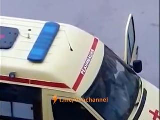 В Екатеринбурге бухой мужик закидал машину скорой камнями и разбил стекло.