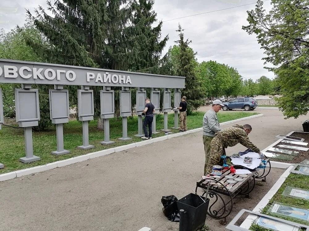На центральной площади Петровска обновляют экспозицию районной Доски почёта